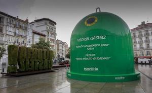 Un contenedor gigante de vidrio en la Virgen Blanca reconoce la labor 'green' de Vitoria