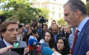 El alcalde de Madrid se enzarza con Ortega Smith por reventar un acto contra la violencia de género