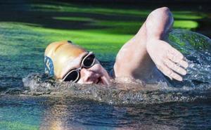 Supera un cáncer y pasa a la historia al cruzar cuatro veces a nado el Canal de la Mancha