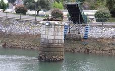 Técnicos examinan los cimientos del puente de hierro de Ondarroa