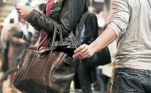 Hoteleros de Bilbao advierten contra la oleada de robos de bolsos en sus locales