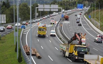 Un camion pierde su carga en el corredor del Txorierri y provoca más de siete kilómetros de retenciones