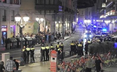 La Policía frena las protestas vecinales por las fiestas privadas en La Ribera
