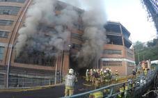 Los bomberos logran controlar pero no extinguir el incendio en Etxebarri