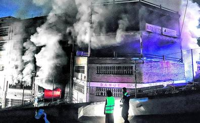 Quince horas de titánica lucha de los bomberos contra llamaradas a 700 grados en Etxebarri