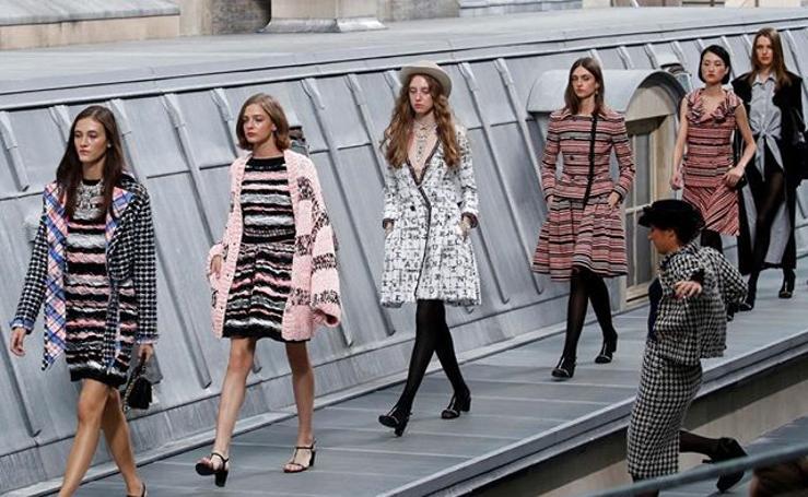 Una espontánea se sube a la pasarela y boicotea el último desfile de Chanel