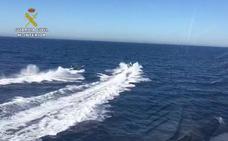 Narcos 'rescatan' en aguas de Málaga a los guardias civiles que les perseguían