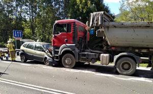 Un herido grave en una colisión frontal entre un camión y un coche en Trabakua