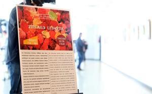 Un cartel sin ninguna referencia a ETA ni a los asesinatos cometidos por el autor de las obras