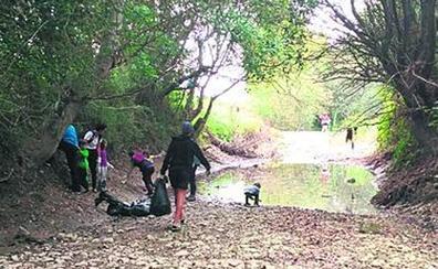 Voluntarios retiran 250 kilos de basura y residuos del río en Amurrio
