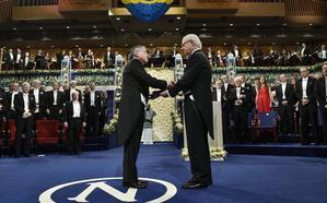 Dos Premios Nobel de Literatura para pasar página a los escándalos de corrupción y abusos sexuales