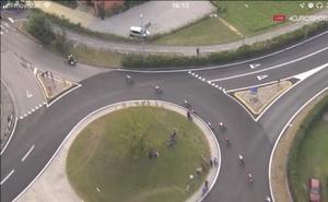 Valverde y el resto de favoritos se desvían del recorrido... por culpa de una moto