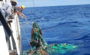 Una veintena de pesqueros retiran en Euskadi plásticos del mar mientras faenan