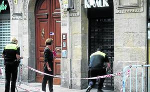 Los comercios y pisos del portal de Dato con riesgo de derrumbe siguen precintados
