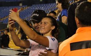 Polémica en México: un aficionado le pide un selfie a una futbolista y aprovecha para tocarle el pecho