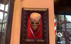 Esqueletos y calaveras por todas partes en Bilbao