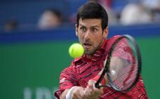 El resto de Djokovic anula a Isner en Shanghái y Federer supera a Goffin