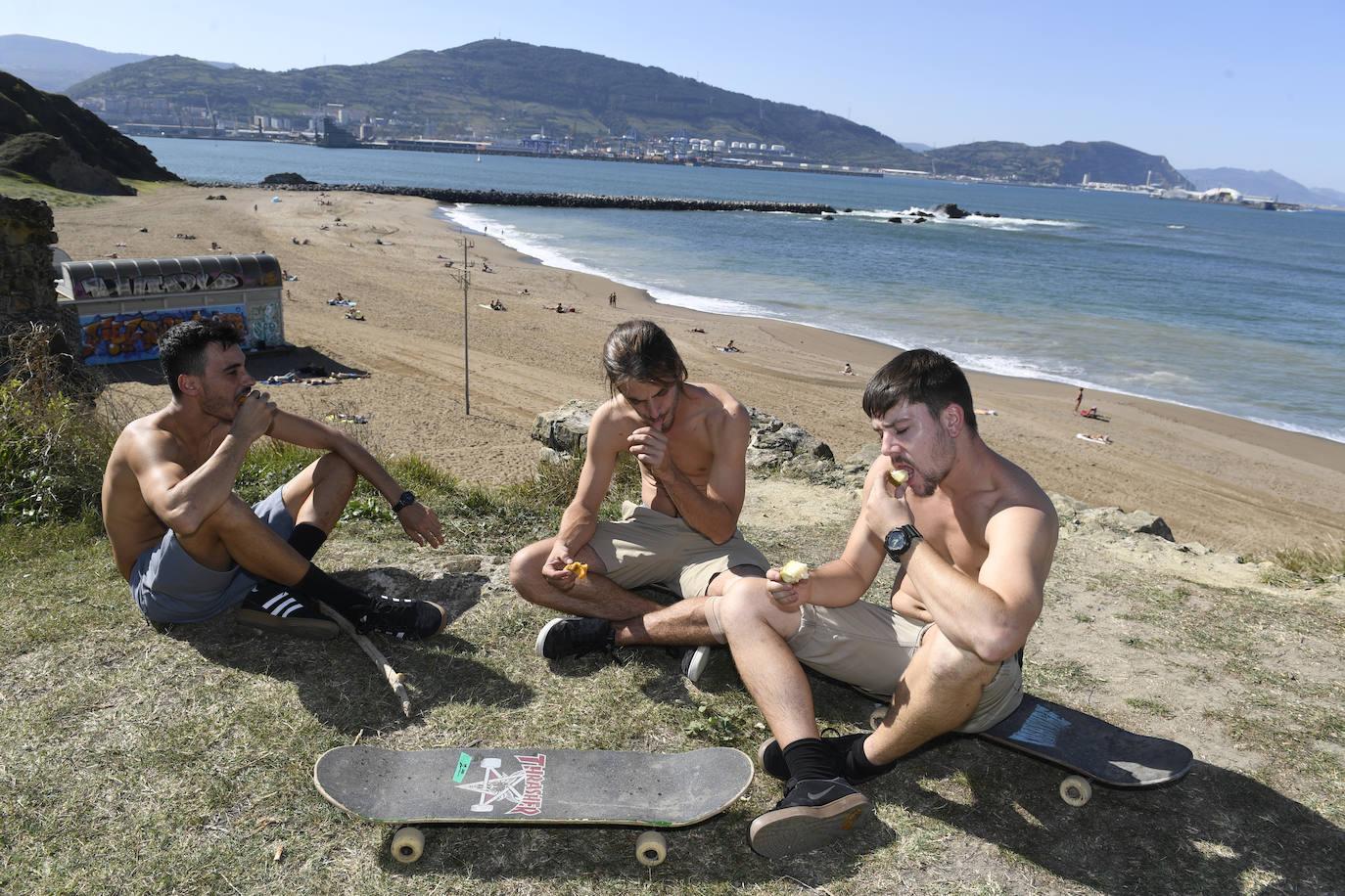 El verano sigue vivo en las playas vizcaínas