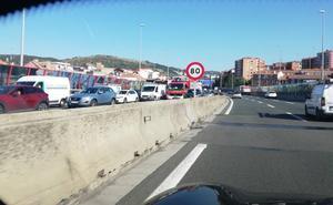Dos heridos al chocar tres coches en la A-8 en sentido Cantabria y colapsar la vía durante dos horas