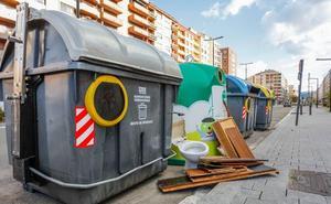 Policías de paisano controlarán si los vitorianos depositan la basura dentro de los contenedores