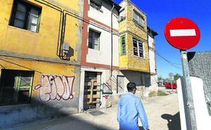 Obras procede al cerramiento de la casa abandonada situada en Cuartel del Este