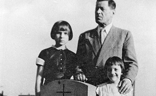 Natascha Wodin (links) mit ihrem Vater und ihrer Schwester im Grab ihrer Mutter