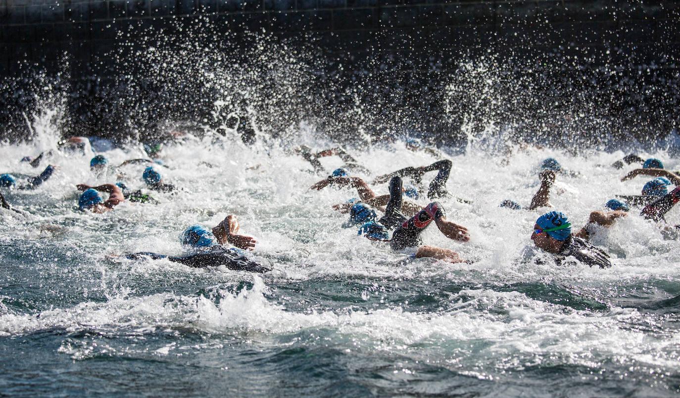 Travesía solidaria a nado en el puerto de Zierbena