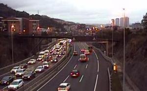 Un accidente entre dos vehículos en la A-8 en Bilbao complica la primera hora del lunes