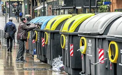Los vitorianos echan mal casi seis kilos al año a los contenedores, sobre todo plástico