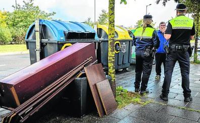 Depositar la basura a deshora, 90 euros y tirar muebles, 1.500. Estas son las multas en Vitoria