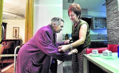 Más de 8.000 cuidadoras de dependientes ya cotizan en Euskadi tras asumir el Estado su coste