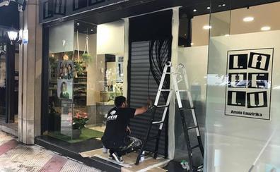 Cuatro locales pintan sus persianas para potenciar el comercio getxotarra