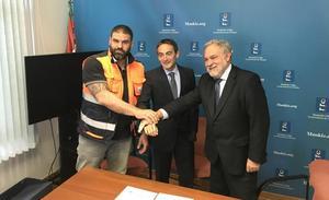 Petronor dona un vehículo a Protección Civil de Muskiz