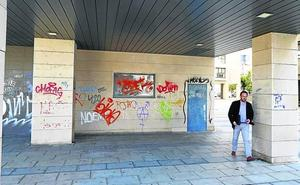 Urbanismo da el visto bueno al cierre con vallas de los soportales de la plaza de Pequeña