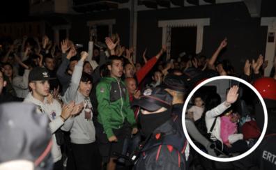 La Ertzaintza desaloja a los okupas del piso de Portugalete ante una muchedumbre indignada