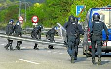 Policías nacionales y mossos cierran filas al otro lado de la barricada