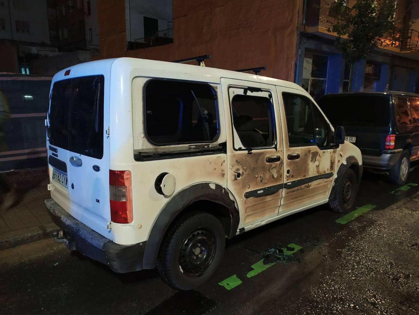 La quema de un contenedor en el centro de Bilbao causa daños en dos turismo