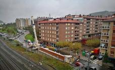 El desmontaje de la pasarela corta el tráfico ferroviario