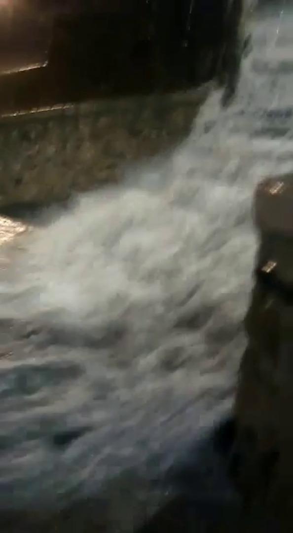 Cascada de agua en las escaleras del Puerto Viejo de Getxo