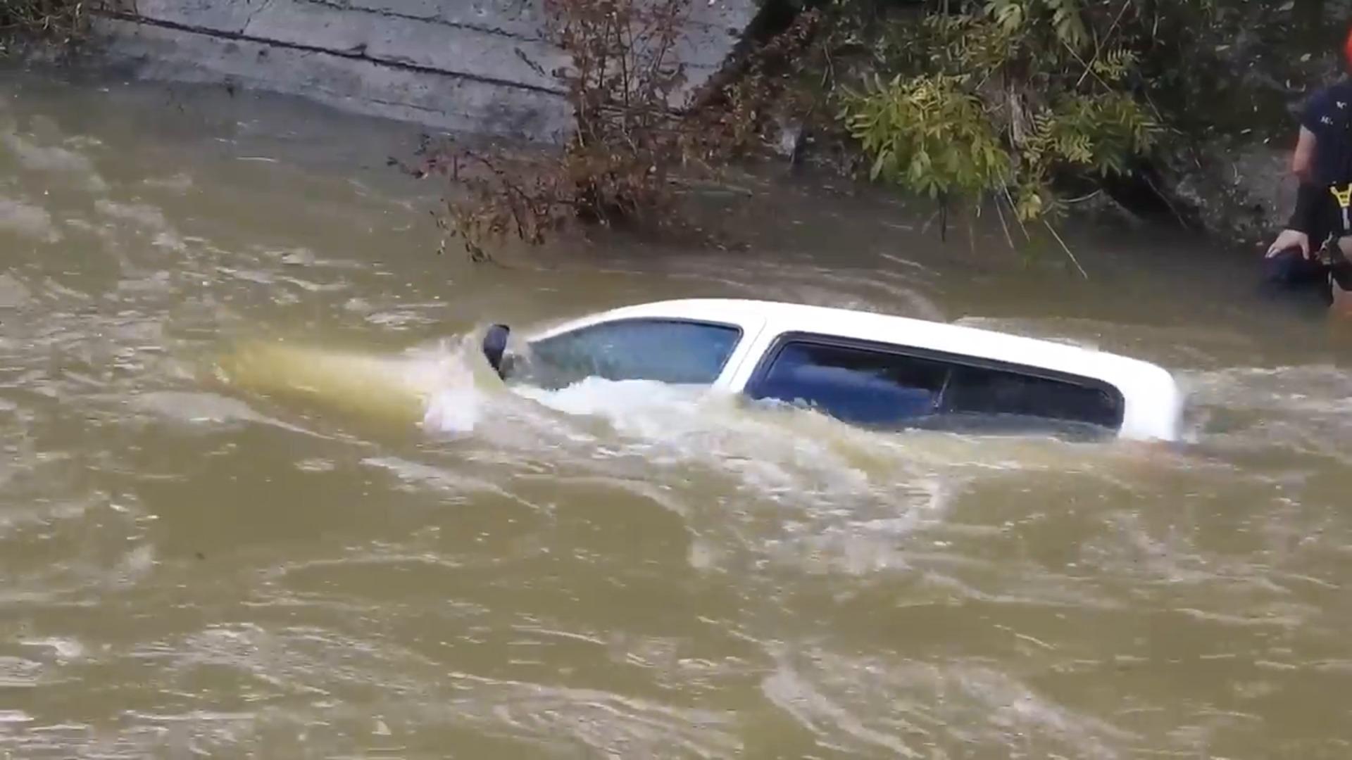 Los bomberos rescatan a un conductor tras caer al río Cadagua con su furgoneta