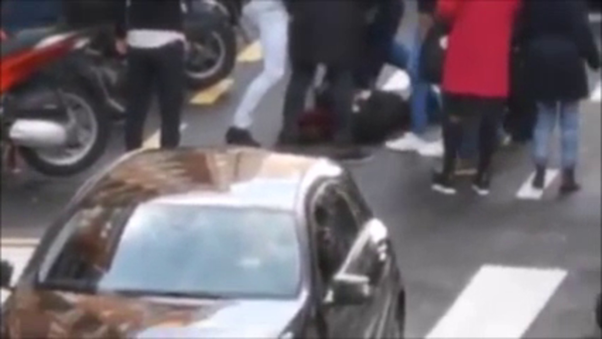 Un grupo de taxistas reducen a un presunto ladrón en la calle Licenciado  Poza
