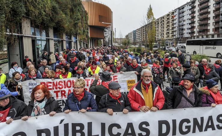 La marea de pensionistas vascos traslada sus reivindicaciones a Vitoria
