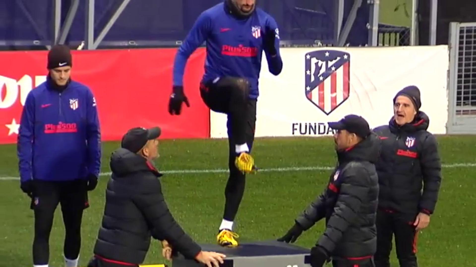 Caras de pocos amigos en el entrenamiento del Atlético