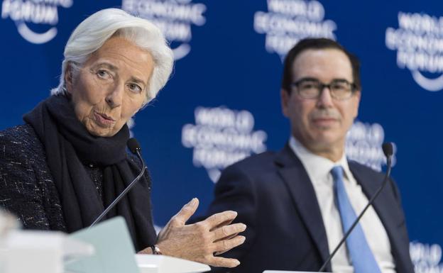 La presidenta del Banco Central Europeo, Christine Lagarde, y el secretario de Estado del Tesoro de Estados Unidos, Steven Mnuchen, en el Foro de Davos./EFE