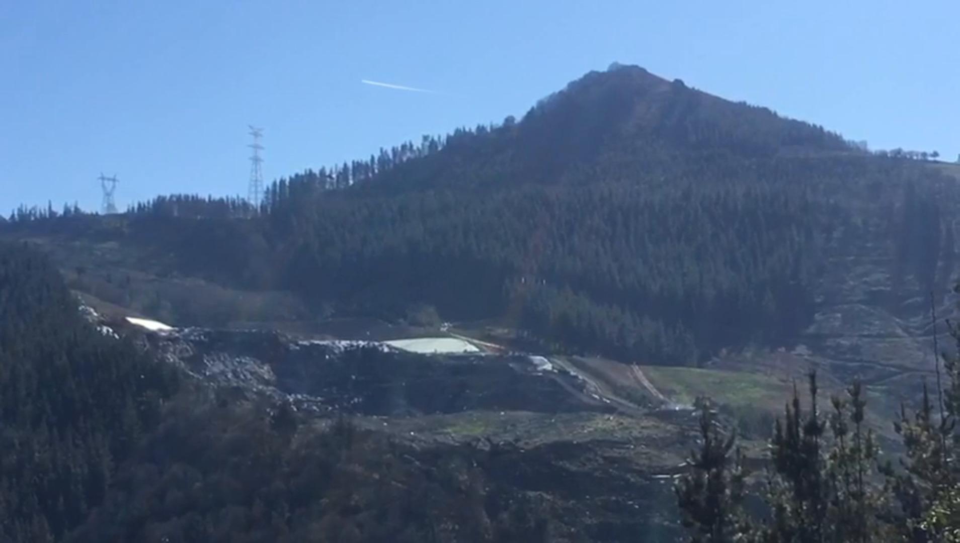 Un helicóptero arroja una espuma especial sobre el vertedero de Zaldibar