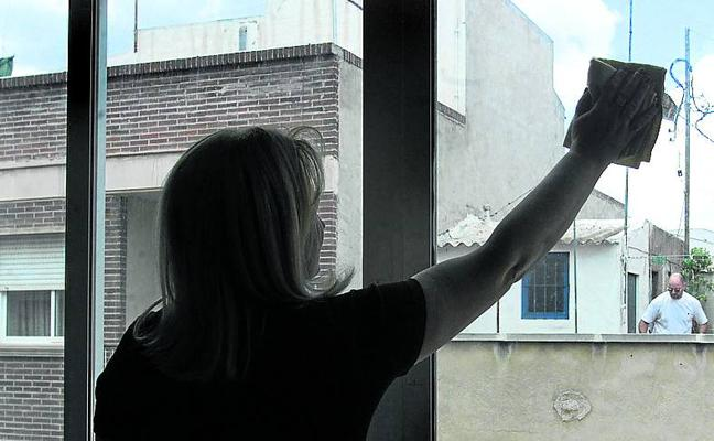 Las empleadas del hogar esperan el anuncio de ayudas