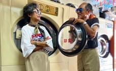 Una pareja de ancianos crea looks increíbles con ropa olvidada en su lavandería