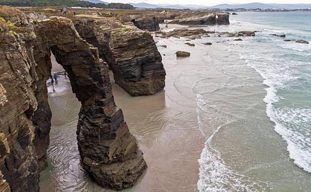 La playa de las Catedrales, en la costa de Lugo, es uno de los puntos de mayor atractivo turístico de Galicia. /