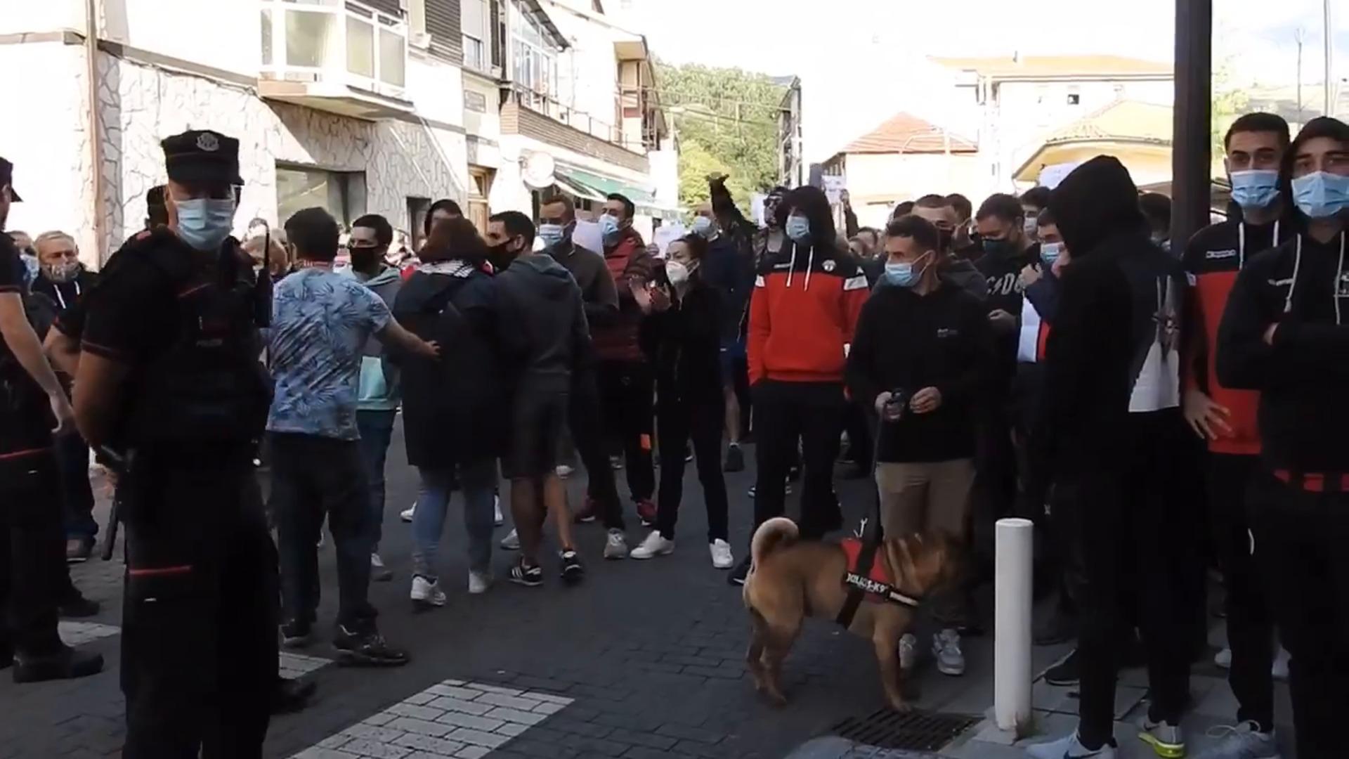 Protesta en Aranguren tras el ataque a un grupo de jóvenes  con palos y cadenas