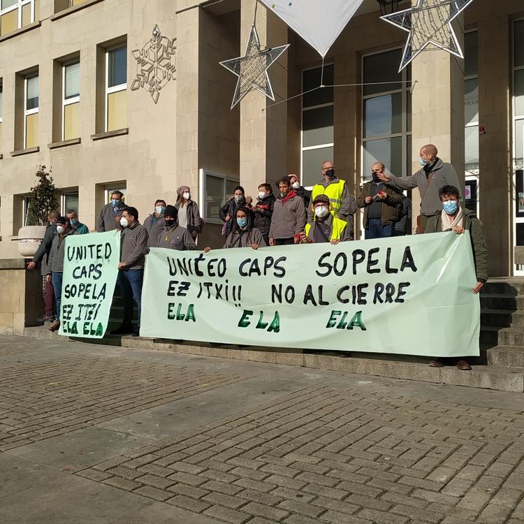 Los trabajadores de United Caps, en Sopela, se movilizan contra el cierre de la empresa